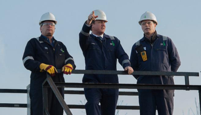 David Cameron visitando una plataforma de extracción de gas.