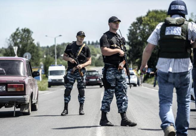 Militares prorrusos bloquean la carretera cercana al lugar donde cayó...