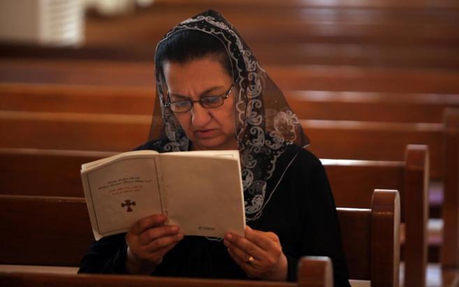 Una mujer cristiana reza en la Iglesia de Nuestra Señora del Sagrado...