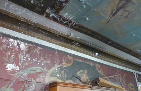 Frescos de los hermanos Zuloaga, deteriorados por la humedad.