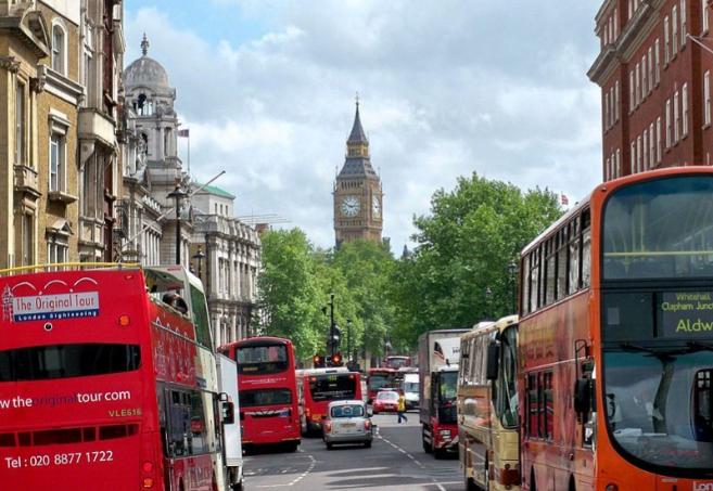 Tráfico en una calle londinense