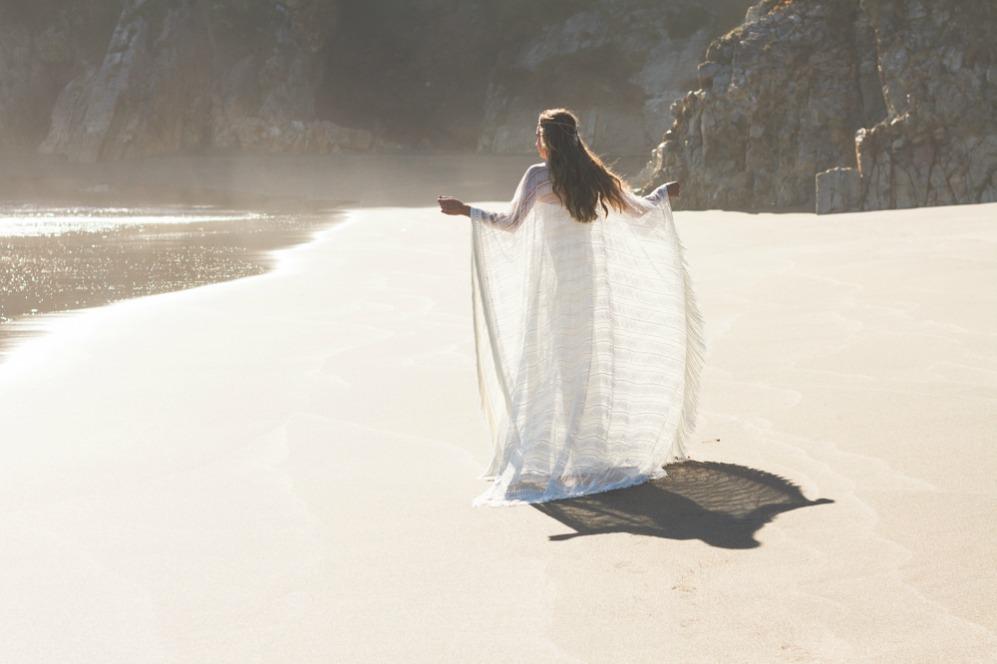 La bloguera La Champanera luce capas, volantes y microbordados en una...