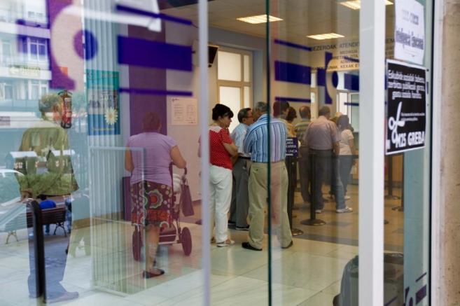 Varios pacientes esperan en un centro de salud del País Vasco.