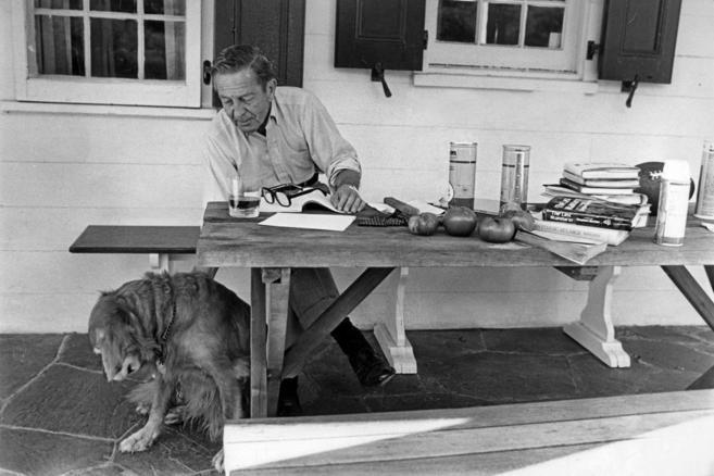 Cheever y su perro en el porche de su casa de Nueva York, en 1979.