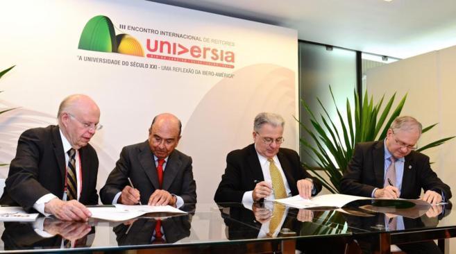 Botín firma, ayer, en Brasil, el acuerdo para la inversión en...