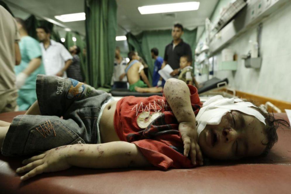 Un niño herido en el ataque a la escuela de la ONU de Beit Lahia, en...