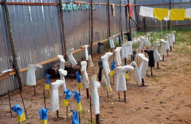 Equipos de de protección contra el ébola secándose tras su uso en...