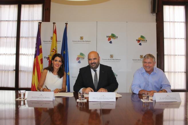 Imagen de la firma del convenio con Eugenia Frau, Jaime Martínez y...