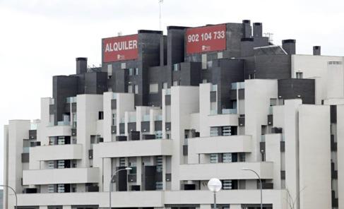 Imagen de archivo de un bloque de pisos nuevos en alquiler en Madrid.