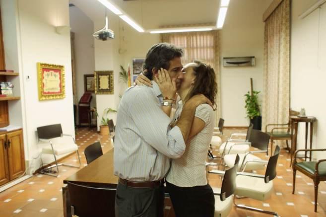 Lorenzo Agustí abraza a su primer teniente de alcalde, Elena...