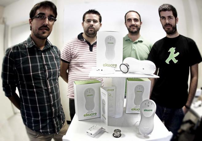 Los cuatro socios fundadores de Kukupia, con su primer producto, el...