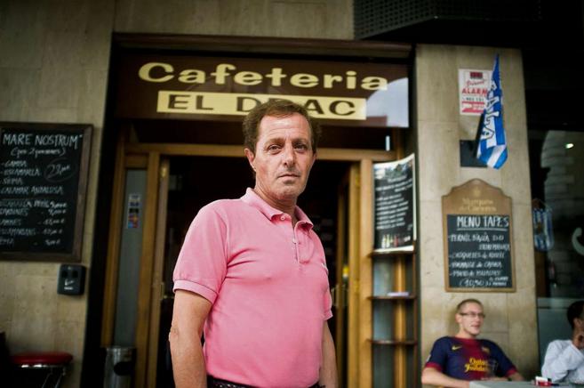 Alberto Solá, en octubre de 2013 en la puerta de la cafetería de La...