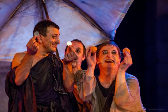 Gurruchaga (dcha.), durante un acto de la comedia 'Pluto'.
