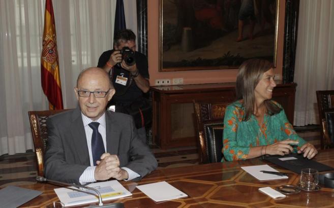 Cristóbal Montoro y Ana Mato sentados en una mesa