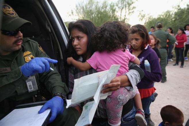 Una inmigrante hondureña muestra el certificado de nacimiento de su...