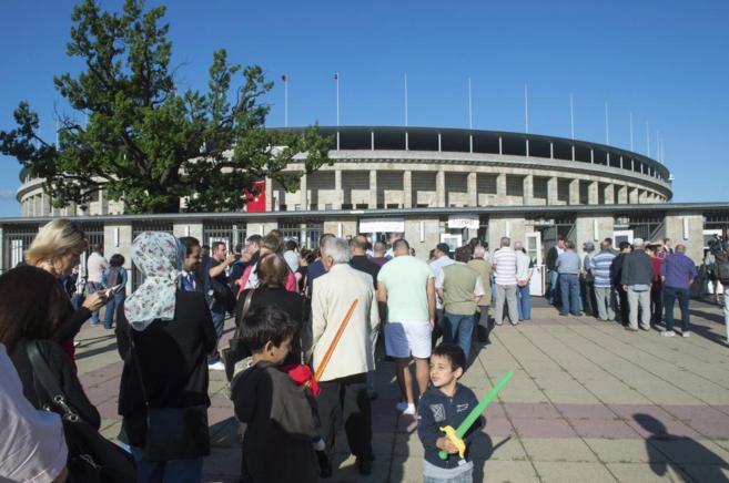 Un grupo de votantes turcos en el Estadio Olímpico de Berlín en las...
