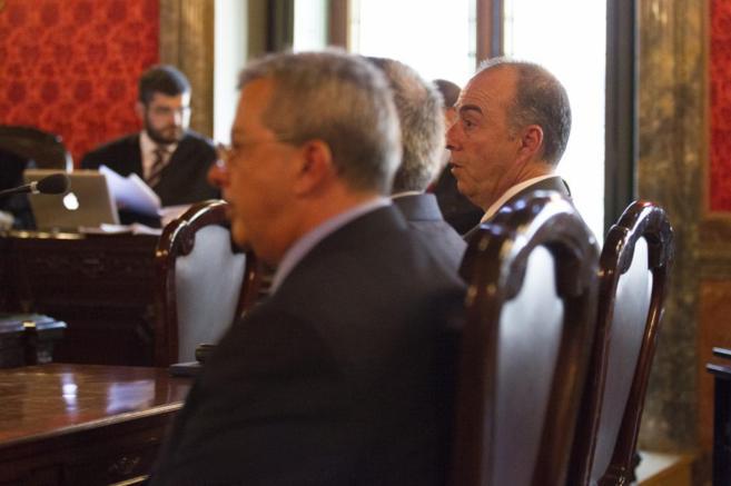 Miguel Zerolo, primero por la derecha, durante su comparecencia ante...