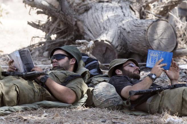 Soldados israelíes descansan cerca de la frontera con Gaza.