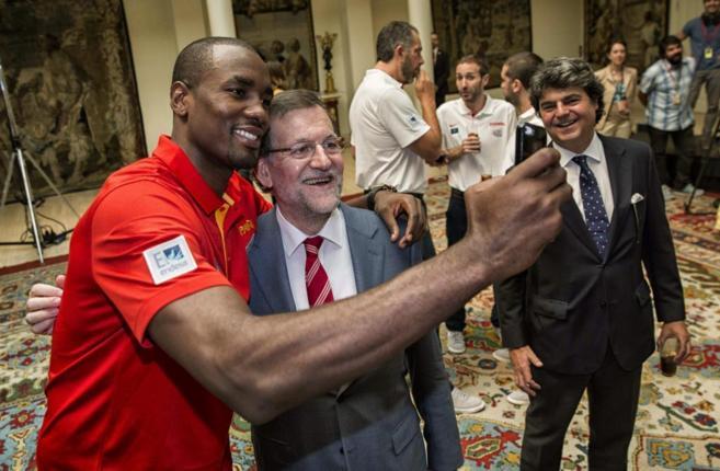 Mariano Rajoy y Serge Ibaka se hacen una autofoto en el acto en el...