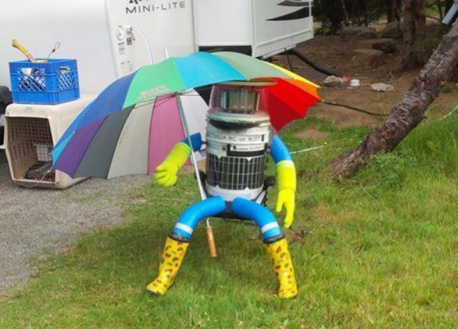 'HitchBot' descansa después de ser acogido por una familia...