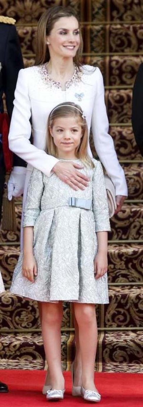 La Infanta Sofía con su madre, la Reina Letizia, en la proclamación...