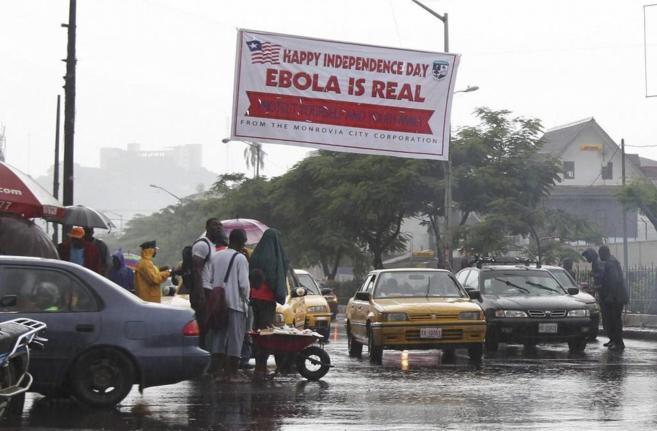 Un cartel de prevención contra el ébola, en una calle de Monrovia...