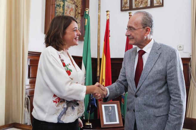 Saludo entre la consejera de Fomento, Elena Cortés, y el alcalde,...