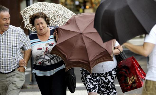 Una tormenta de verano ha sorprendido a los turistas hoy en San...