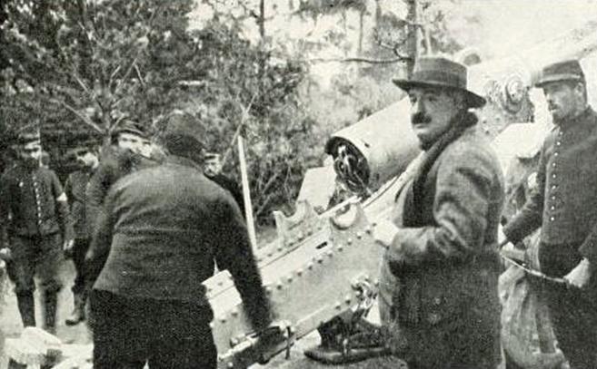 Blasco Ibáñez (con sombrero y bigote) contempla la carga de un...