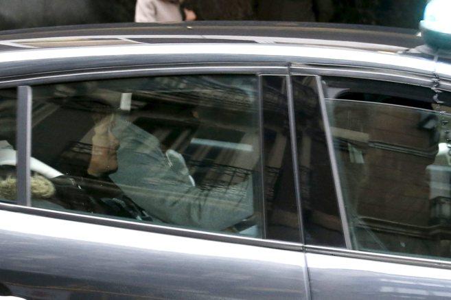 Arantza Zulueta, en un vehículo policial tras ser detenida.