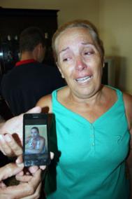 La madre de Mª del Carmen muestra su foto.