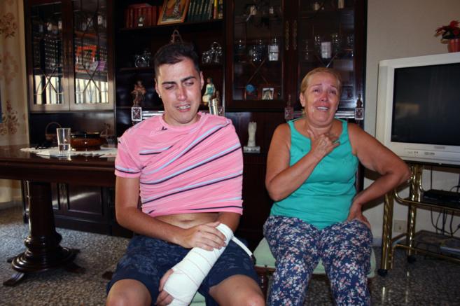 La madre y el hijo de la víctima. Francisco Javier, con el brazo...