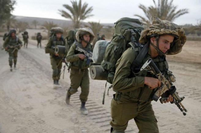 Soldados israelíes avanzan a pie este sábado por la Franja de Gaza.