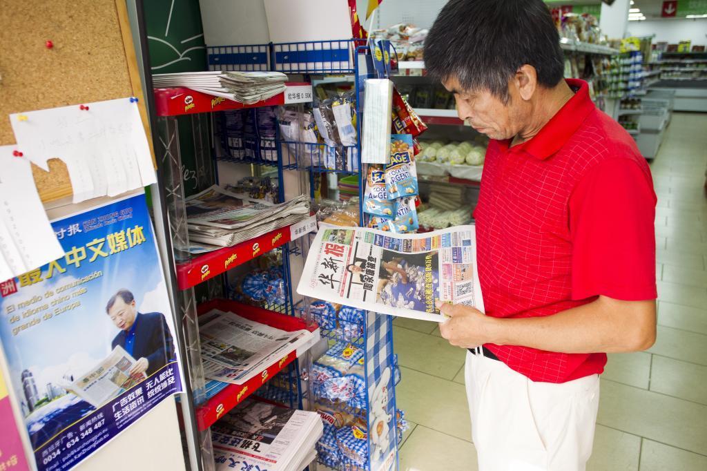 El dueño de una tienda de alimentación en la calle Leganitos lee un...
