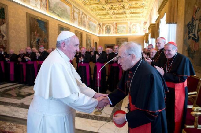 El Papa saluda a Rouco Varela durante el encuentro con los obispos...