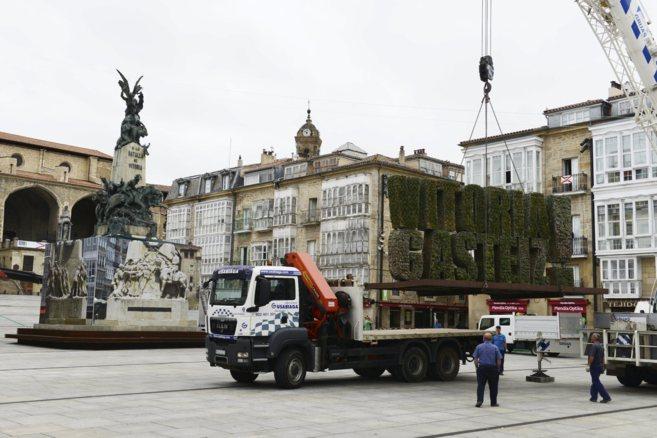 Operarios municipales retiran la escultura con el nombre de la ciudad...