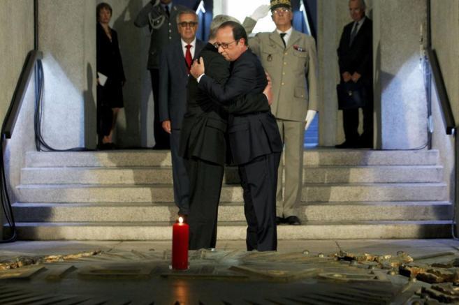 El presidente de Francia, François Hollande, (dcha.) abraza al...