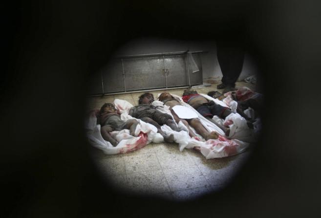 Los cuerpos de varios niños palestinos, asesinados por artillería...