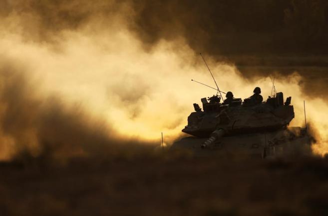 Un Merkava israelí se dirige desde la Franja de Gaza a la frontera...