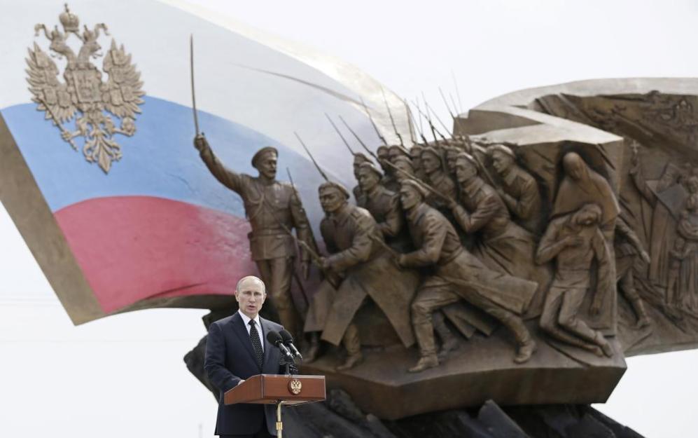 El presidente ruso, Vladimir Putin, durante su discurso en el memorial...