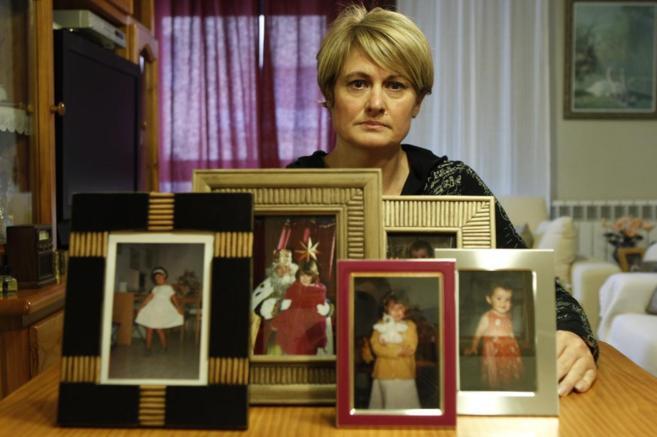Ángela González Carreño, junto a fotografías de su hija asesinada.