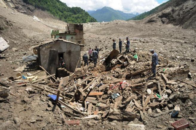 Una unidad de emergencias examina el escenario del desastre cerca del...
