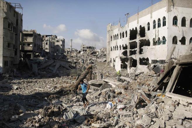 Un palestino camina por el barrio destruido de Shujaiya (Gaza).