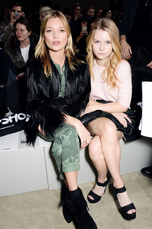 Kate Moss y su hermana Lottie en un desfile de moda.