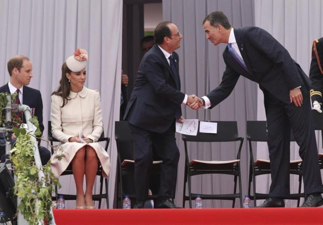 El rey Felipe saluda a Hollande, en presencia de los duques de...