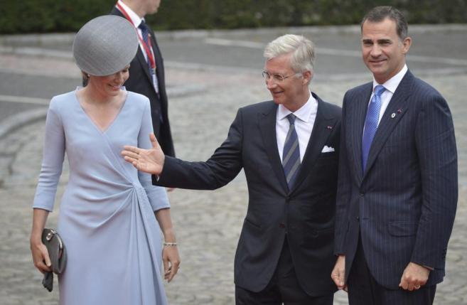Felipe VI junto a los reyes de los belgas, Felipe y Matilde, a su...