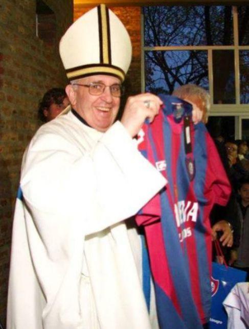 El papa Francisco posa con la camiseta de San Lorenzo