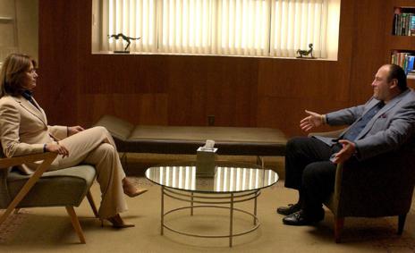 El mafioso frente a la doctora Melfi, interpretada por Lorraine...