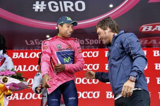 Fernando Alonso saluda a Nairo Quintana, en el podio del pasado Giro...