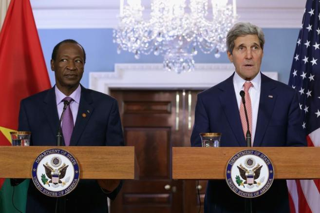 El secretario de Estado John Kerry junto al presidente de Burkina...